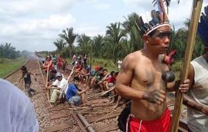 La línea de ferrocarril de la enorme mina Carajás que limita con la tierra de la tribu awá introdujo invasores ilegales a su territorio. © CIMI/Survival
