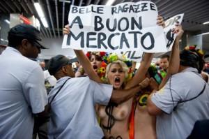 Activistas de Femen Brasil protestan en el aeropuerto de Rio de Janeiro contra el turismo sexual en el país. Vanderlei Almeida/AFP/Getty Images