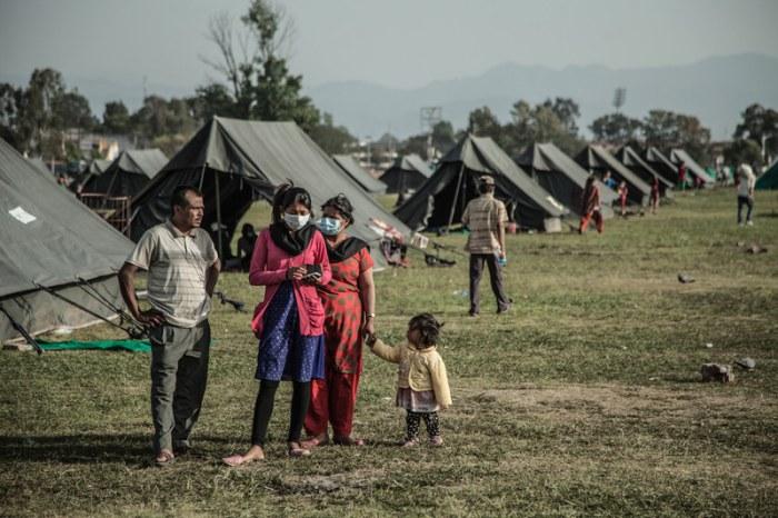 El campo de desplazados de Tundhikel, a unos 400 metros de la plaza Durbar, patrimonio cultural de la humanidad. (c) Pablo Tosco / Oxfam Intermón