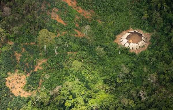 """""""Yano (casa comunal) de indígenas aislados en la reserva indígena Yanomami. Se sabe que al menos tres grupos de este pueblo indígena permanecen en aislamiento."""" © Guilherme Gnipper Trevisan/Hutukara"""