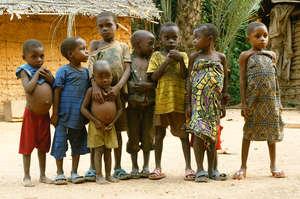 Muchos niños bakas temen ahora a los extraños que entran en su pueblo a raíz de la historia de redadas y ataques por patrullas antifurtivos locales. © Survival International