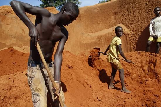 Menores trabajando en una mina de diamantes en la República Centroafricana. Copy: AI