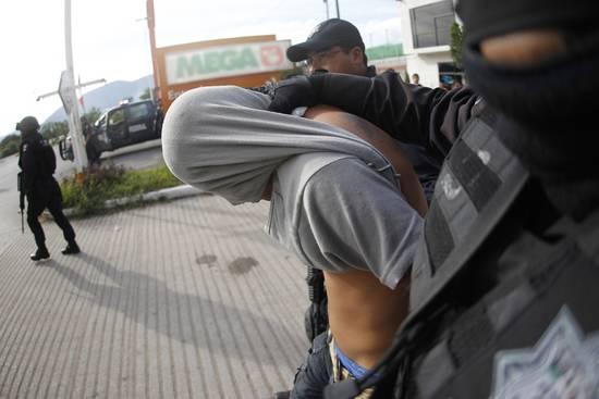 La policía detiene a un manifestante tras una protesta que reclama justicia tras la desaparición de los 43 estudiantes de Iguala. Copy: REUTERS/Jorge Dan Lopez