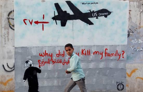 Un jóven yemení pasa por delante de un cartel que denuncia el uso de drones por parte de Estados Unidos, en el que se puede leer: ¿Por qué has matado a mi familia?. MOHAMMED HUWAIS/AFP/Getty Images
