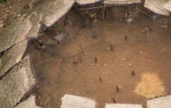 """""""Indígenas aislados yanomamis fotografiados desde el aire cerca de la frontera con Venezuela. Parecen gozar de buen estado de salud y su población parece haber aumentado."""" © Guilherme Gnipper Trevisan/Hutukara"""
